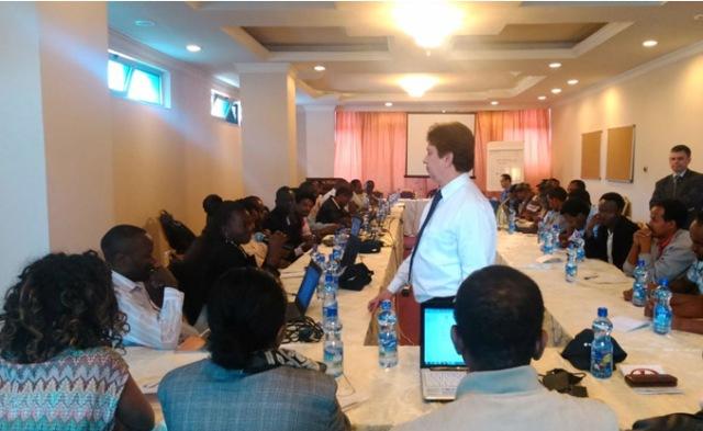 Diálogo con los participantes durante la exposición del experto de la FAO
