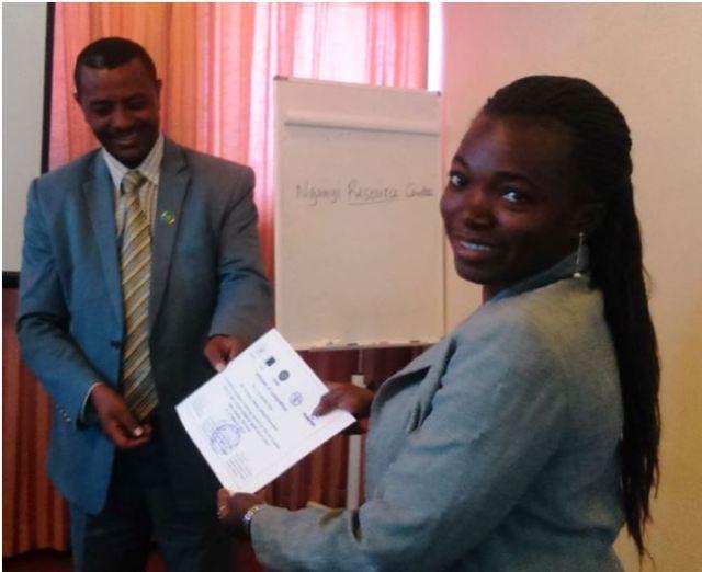 Entrega del diploma a Tunsume, de Tanzania