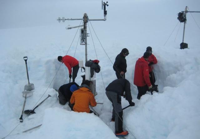 Puesta en funcionamiento de la estación meteorológica automática del Glaciar Johnson tras la invernada