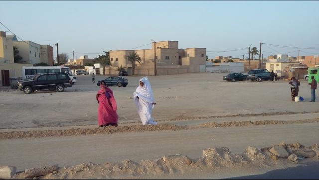 Nuakchot, la capital mauritana, es una ciudad llana, extensa (se estiman 2 millones de habitantes, aunque el censo oficial ronda 1 millón) y polvorienta (las dunas del desierto avanzan continuamente desde el E hacia la ciudad). Foto: A. Conesa