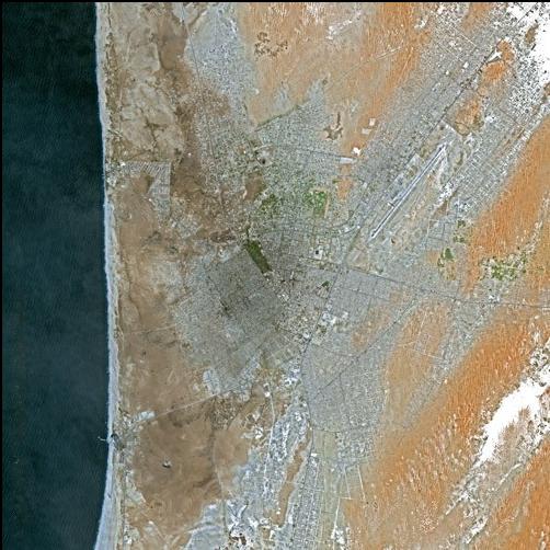 Nuakchot desde satélite. La proximidad del Atlántico suaviza las temperaturas y aporta humedad. Sin embargo, los terrenos más próximos a la costa son inundables, no urbanizados. Foto: SPOT image