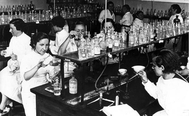Mujeres científicas en la universidad. Día internacional de la mujer trabajadora